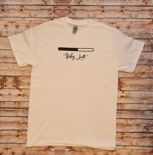 """Herren T-Shirt """"Baby lädt"""""""